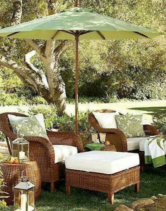 de ha nincs rolónk, az sem probléma, a hagyományos, földbe szúrt napernyő sem hagy cserben a nyári melegben Fotó: pinterest.com