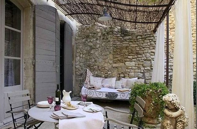 stílusosan berendezett terasz vászonfüggönnyel és gyékényes tetővel Fotó: pinterest.com