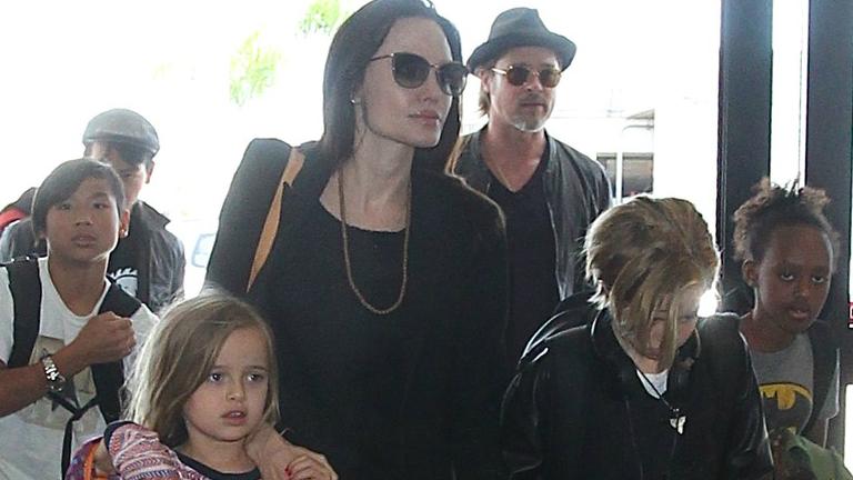 Angelina Jolie és Brad Pitt gyerekei nagyon fegyelmezetten vonultak végig a reptéren