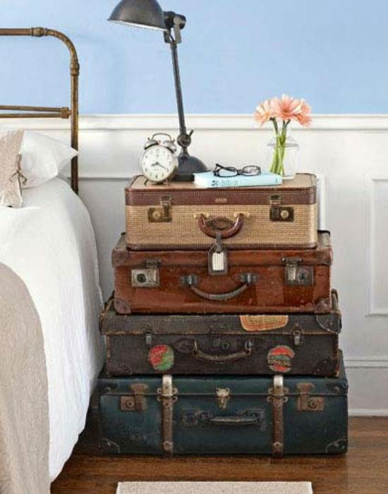Ki hinné, hogy éjjeliszekrénynek is tökéletesek a régi bőröndök?! Fotó: pinterest.com