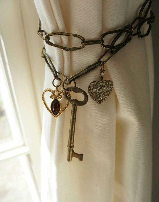 Láncos függönyelkötő, kulccsal, megspékelve szívecskés díszekkel. Tuti ötlet a nappali feldobására. Fotó: pinterest.com