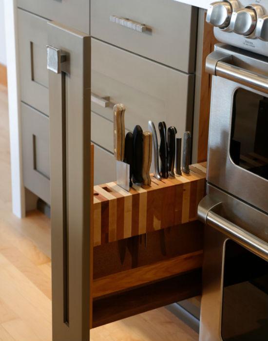 Praktikus, ötletes, de amikor konyhabútort veszünk vagy terveztetünk, nem hinném, hogy a késeknek ilyen helyet szánnánk. Fotó: huffingtonpost.com