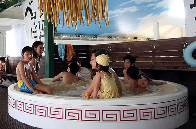 Levesben fürdenek a japánok