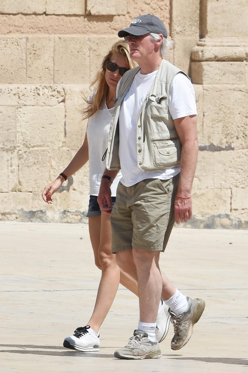A 65 éves Richard Gere ezzel a 32 éves nővel jár - fotók