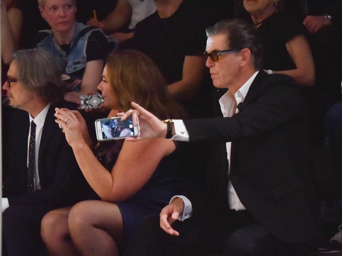 Brosnan hol a fiát, hol a feleségét fotózta, hol pedig küzös képeket készített Keelyvel