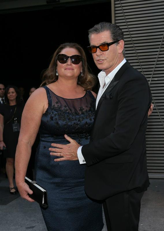 Brosnan odavan a felesége plusz kilóiért.