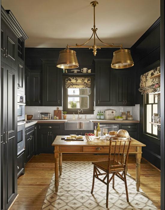 Bailey azt mondja, az előző tulajdonos a konyhát felújította, így ők csak minimálisan alakítottak rajta. A szekrényeket helyezték egy szintbe és bézs színűre festették a helyiséget.