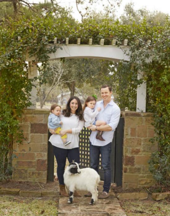 A család: A képen Bailey és férje, valamint két gyermekük Harry és Grace, valamint a család kecskéje, Jane látható.