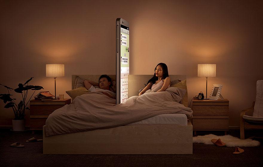 Megdöbbentő képek: így zilálja szét a kapcsolatainkat az okostelefonok