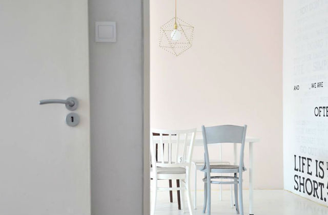 Festés közben. Hangulatkép a félkész helyiségről. Fotó: blog.juditu.hu/Facebook