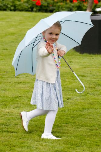 Elámulsz, hogy szórakoztatta a fotósokat  Viktóia hercegnő 3 éves kislánya