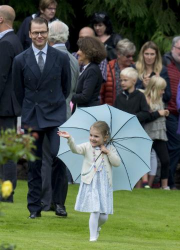 Estelle hercegnőt az édespaja büszkén figyelte a háttérből
