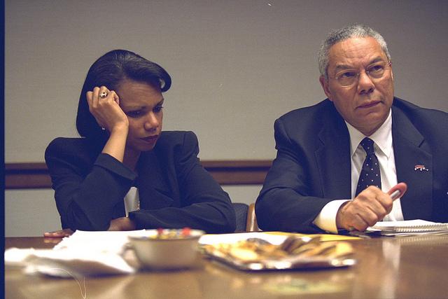 Condoleezza Rice nemzetbiztonsági tanácsadó és Colin Powell, Bush elnök külügyminiszere