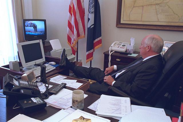 Dick Cheney alenök a merényletről szóló tudósítást nézi