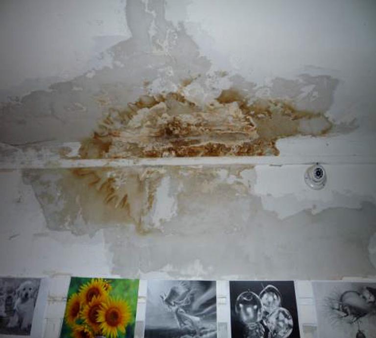 A beázó plafon: ha esik, a betegek fejére csöpög a víz (Fotó: ajbh.hu)