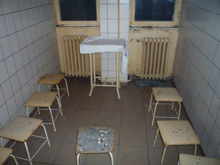 A páciensek dohányzója, előtérben a hamutartónak használt szék (Fotó: ajbh.hu)