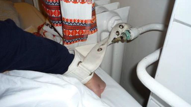 A radiátorhoz kötözött beteg (Fotó: ajbh.hu)