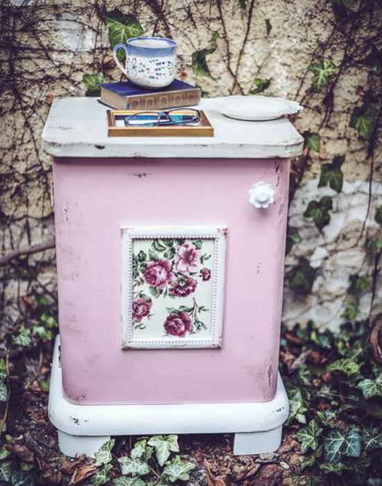 Színes, de rendkívül divatos kis szekrényke. Fotó: Vintage & Country Home Design