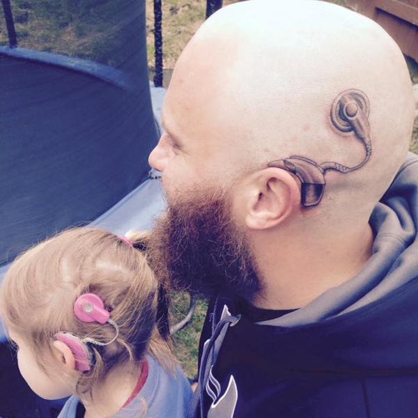 Hallókészüléket tetováltatott a fejére a nap apukája