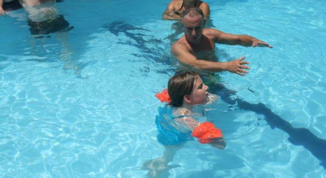Vaskuti Pali tanítja Dorkát úszni