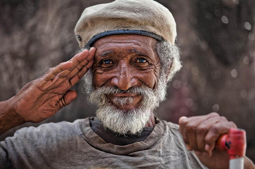 Egy boldog, idős férfi Havanna utcáiról