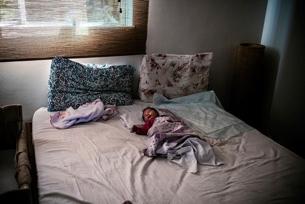 Meghitt várakozás: felesége otthon szülését örökítette meg a férj - fotók