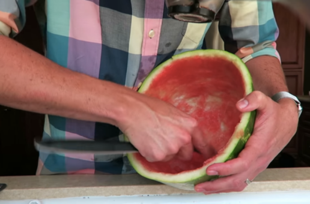 Így még nem láttál görögdinnyét hámozni