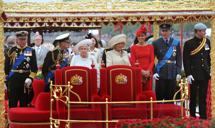 Nemcsak a hivatalos fotózáson, hanem minden rendezvényen hasonlóan elegánsan jelent meg a királynő