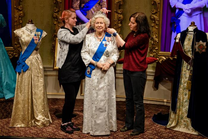 150 óra munka, 53 ezer kristály: ilyen II. Erzsébet királynő új ruhája