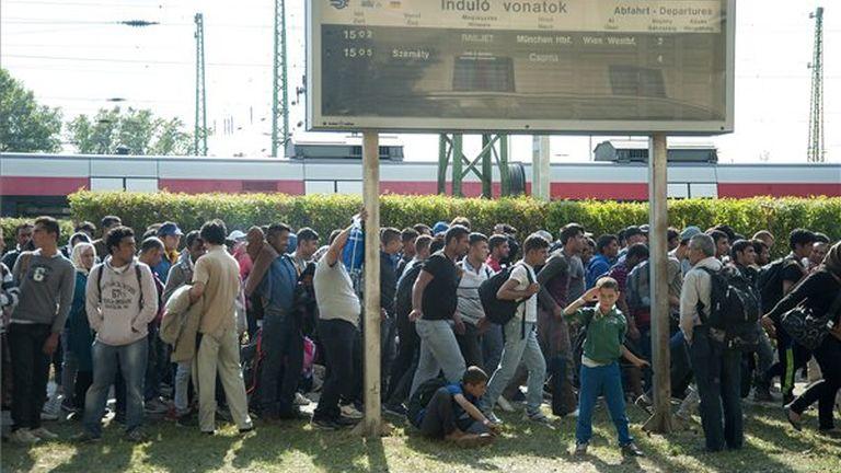 hegyeshalmi vasútállomásról gyalog elinduló menekültek haladnak a határ felé