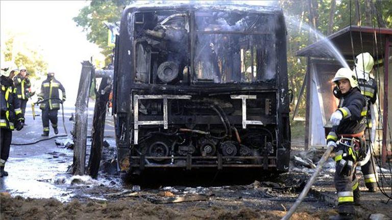 Tűzoltók az Istenhegyi úton a Városkút megállónál, ahol kiégett egy a BKV egyik Ikarus 415-ös típusú busza 2015. szeptember 13-án. A busz vezetőjét füstmérgezés miatt a mentők kórházba vitték. MTI Fot