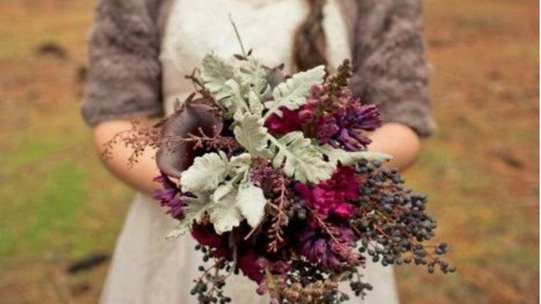 Őszi esküvők lila, hamvaskék és ezüst színben