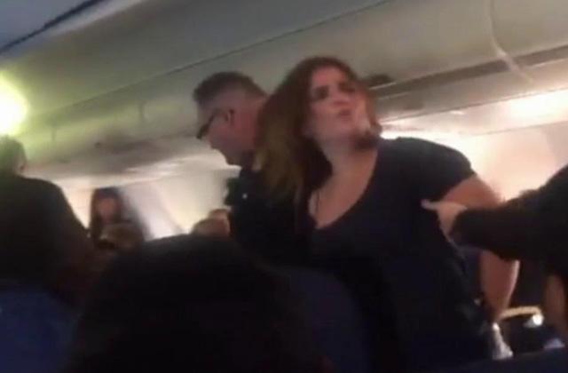 Dühöngő őrült miatt hajtott végre kényszerleszállást egy repülő