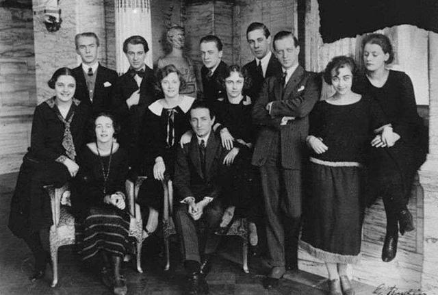 Mimi és Greta (jobbra) a dráma csoporttal