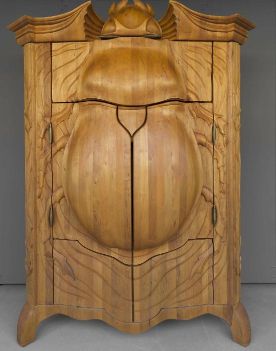 Bár nem szeretem a bogarakat, a pontos, precíz kimunkálás látszik a szekrényen