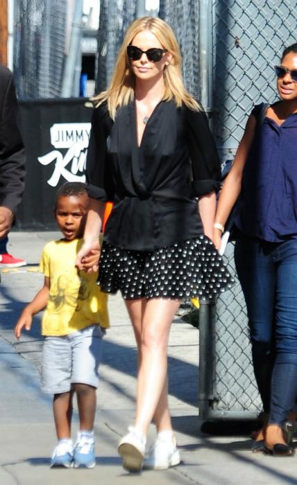 Először ment utcára a kislányával Charlize Theron