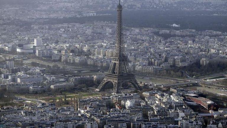 Lezárták az Eiffel-tornyot egy hátizsákos ember miatt