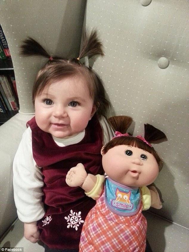 Cuki sorozat gyerekekről és a rájuk megszólalásig hasonlító játékbabáikról
