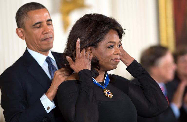 Barack Obama, az Egyesült Államok elnöke átadja Oprahnak a Szabadság Érdemérmet