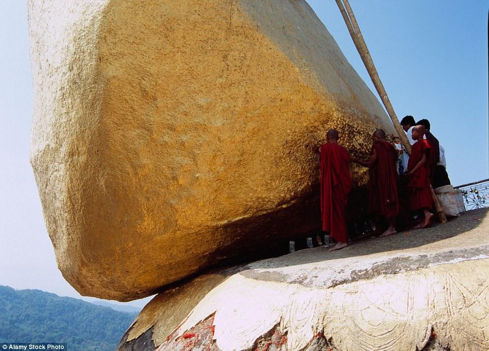 Zarándokok gyülekeznek a félig lelógó szikla alatt