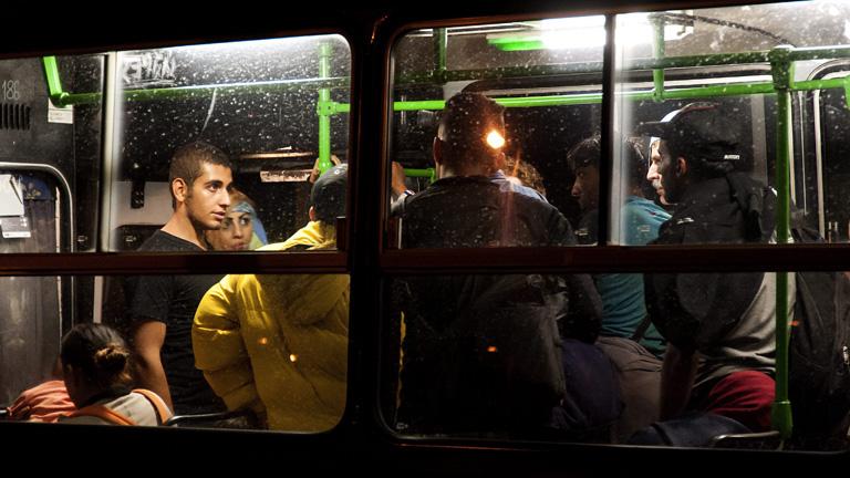 A menekültek szállítása komoly pluszpénzt hoz a BKV-sofőröknek - Fotó: MTI