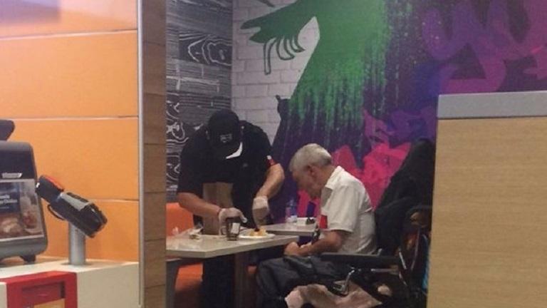 Megható: egy idős férfinak segített a McDonald's dolgozója