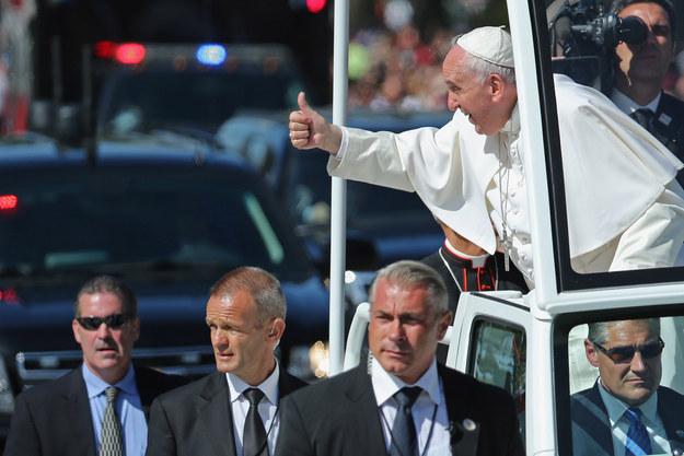 Ferenc pápa még Obama kutyáinak is bemutatkozott