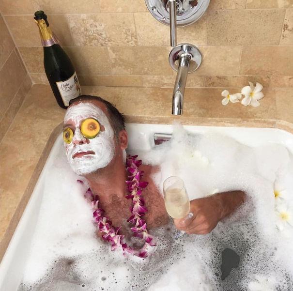 Ezen röhög az egész világháló: pasik pucsítós, csücsörítős, habos fürdős képei az instagramon