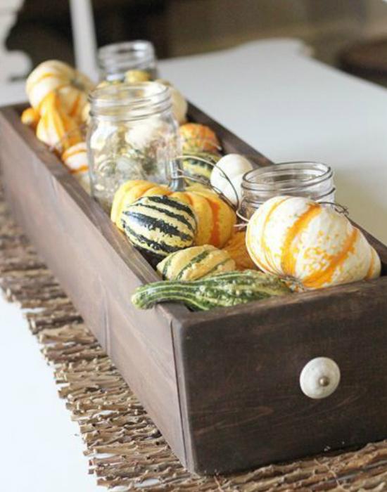 Fogj egy fa ládát vagy egy kiselejtezett bútor fiókját és töltsd fel színes kis dísztökökkel. Befőzésről maradt üvegeket is csempészhetsz a dísztökök közé, csak tovább emeled az őszi díszed fényét.