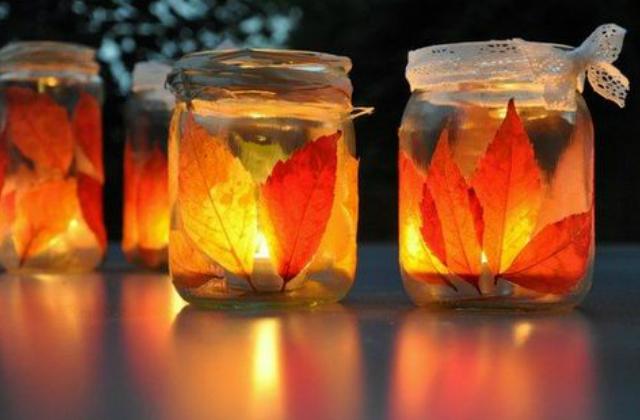 Az őszi levelek befőttes üvegre ragasztva remekül mutatnak. Helyezz bele egy kis mécsest is, és máris őszi hangulatba borul az otthonod.