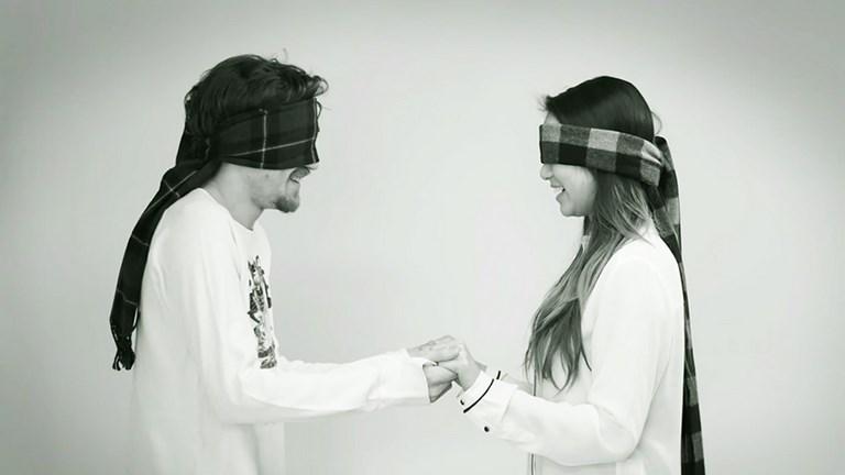 Lehet szerelem első csókra? - Ismeretlenek csókolóznak bekötött szemmel - videó