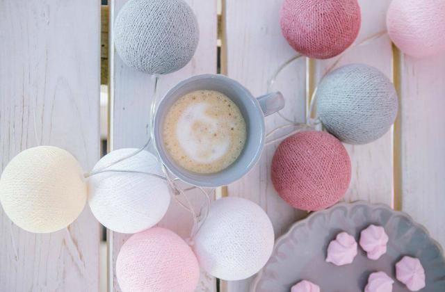 Remek színösszeállítás. Gömbök és egy csésze kávé Fotó: