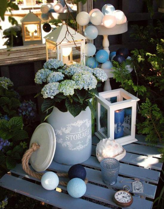 A gömblámpák a kertben is helyt állnak.