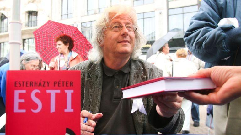 Esterházy Péter a 2010-es könyvnapon dedikál